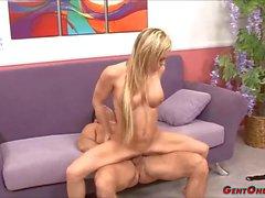 Blonde Hottie Crista Moore cavalca un grosso cazzo