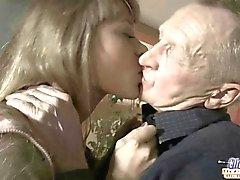 O puzzle caralho quentes para uma menina de excitado e afortunado velho homem