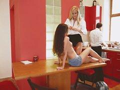 Los Consoladores - Hot Hahnrei Dreier in der Küche mit schönen europäischen Babe