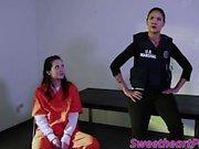 Cute Gia Paige et Dana Vespoli dans le sexe des prisonniers lesbiennes