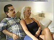 Blondes Frau erhält durch Bolzen vor sich dumme Mann durchgefickt