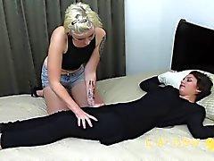 lesbian follada por el culo durante la niña de masaje