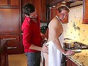 À alex est occupé dans la cuisine faisant son homme certain déjeuner , mais une chose mène à un autre et ils décident d'avoir un festin première