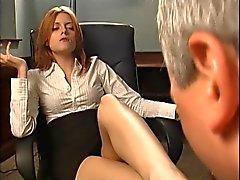 Рыжая начальник делает его сосать ее ногами