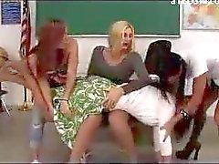 Учителей Получение ее задницы отшлепанные краснее 3 Школьницы в Классной комнате