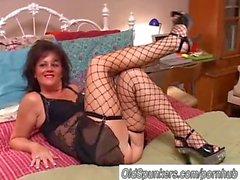 Sexy старой spunker в чулочках Debella пользуется лицо кончил