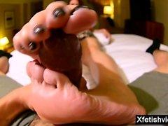 Asian Milf foot und abspritzen