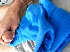Cum en calcetines azules
