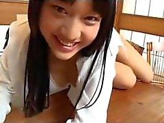 Японские школьницы дразнит