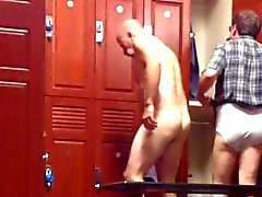 [ Lockerroomshowers ] Moustached Daddy Gallo och Balls