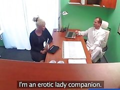 FakeHospital médico sujo fode peituda estrela pornô loira