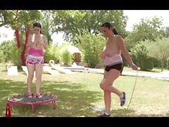 Karina y Michelle tomar su Jiggling jarros para una sacudida