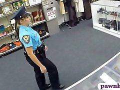 M agent de police baisé par pawnkeeper l'intérieur du mont de piété