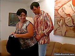 Kåta mormor sugande en lycklig ung kille Part3