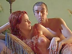 Lucy Lawless демонстрации ее Tits In A см. на Thrugh Топ
