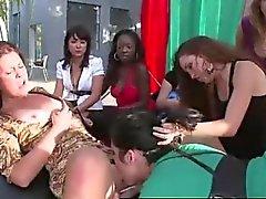 CFNM jizzes ragazzo su latina bambine sedere in pubblico