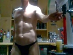 Сексуальные обнажая Мужской бармен