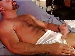 CBT Muskel bear selbst Ball als Bestrafung.