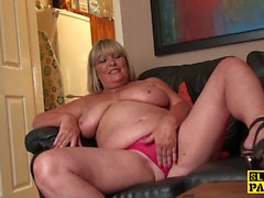 Curvy blonde Oma will ihre feine Fotze fingern