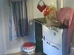 Blonde Vintage Maid имеют секс в кухне