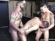 Corpulento de Aleks e de James revezam utilizando o orifício do Marcus ea