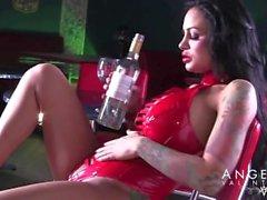 Angelina Valentine fickt eine Flasche und spritzte Masturbation