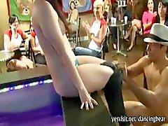Ryhmä luonnonvaraisten Amerikan tytöt imee strippareita munaa japuolue