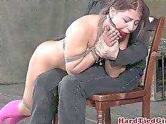 Für BDSM ballgagged Baby über das Knie tracht
