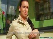 Enfermeira adolescente morena Checa vai para um grupo de amigos para chupar e foder fora