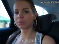 Sassy Tsjechische meisje knippert en kutje geript met een pervert vreemdeling