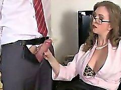 Зрелые давая Handjob в офисе
