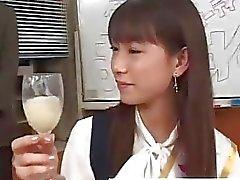 Fastighetsmäklare asiatiska teen dricka satsen ifrån ett glas i själva gruppsex