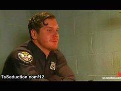Транссексуал полицейского сосет хуй в офисе