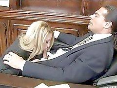 Zware chested blonde secretaresse in gescheurde panty krijgt genageld in het kantoor
