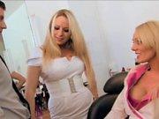 Underbara blondiner belönar sin bästa kund