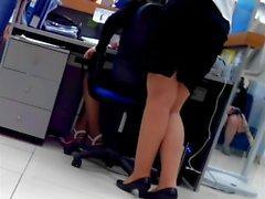 Sexigt bankiren samt henne ben som