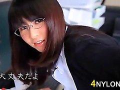 Süße asiatische In der Strumpf im Büro