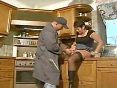 A avó alemães nos carregadores e meias do fodida por dos Encanadores
