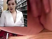 Menina masturbates e squirts na biblioteca