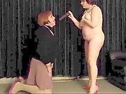 Ehefrau eines Weichei und die Weichling Sorgerecht einklagen mit Dildo zu spielen