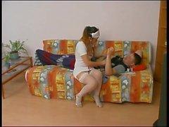 Uma enfermeira cuida de um paciente.