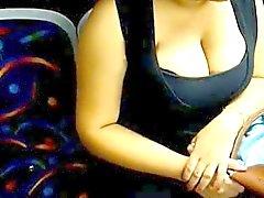 Inde 36DD seins apparente De bus public