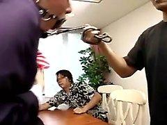 Pantyhosed asiatische Dame an der Leine hat eine Gruppe von Jungs pleasi