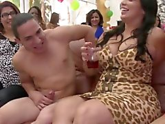 partygirls Bday grignotant sur stripper cock