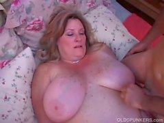 Schöne Älteres Dicke Frauen Deedra erfreut sich Saft über ihre grossen Brüste