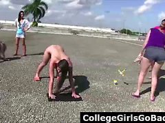 Обнаженные подростков девочек играют в игры за пределами в течение лесбийской женское общество