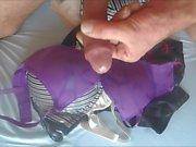 dos corridas en su pequeño sujetador púrpura (cámara lenta)
