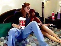 Hot lezzie taipuu hänen punatukkainen lesbo kisu ystävä alas alhainen ja tekee hänethihna-