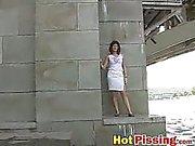 Weiße Festkleides und der heißen pissing in die ri ist