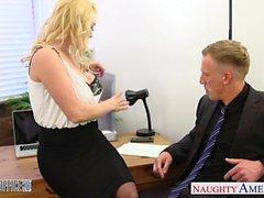 Bir sarışın Victoria Summers bürosunda Sonra horoz binmek